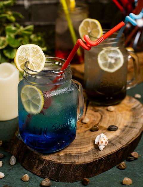 Blaues lagunencocktail mit zitronenscheiben innerhalb des glases mit stock Kostenlose Fotos