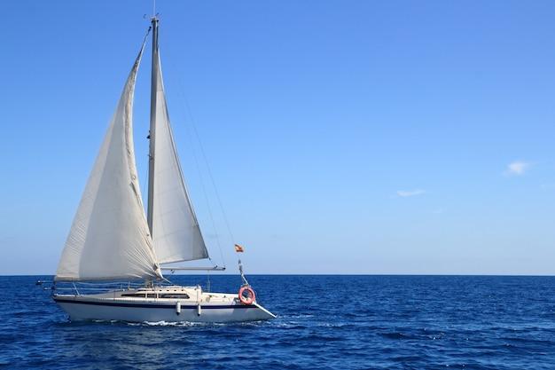 Blaues mittelmeer des schönen segelbootsegelnsegels Premium Fotos