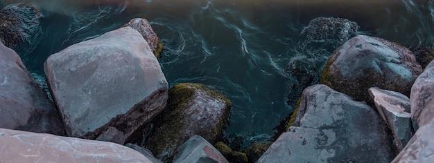 Blaues ozeanwassertreffen mit strandsteinen. hochwertiges foto Kostenlose Fotos