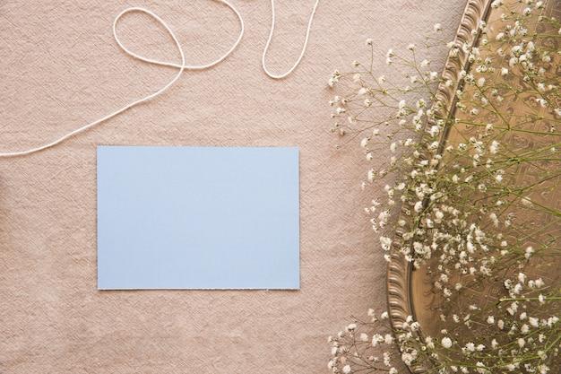 Blaues papier in der zusammensetzung mit weinlesezubehör Kostenlose Fotos