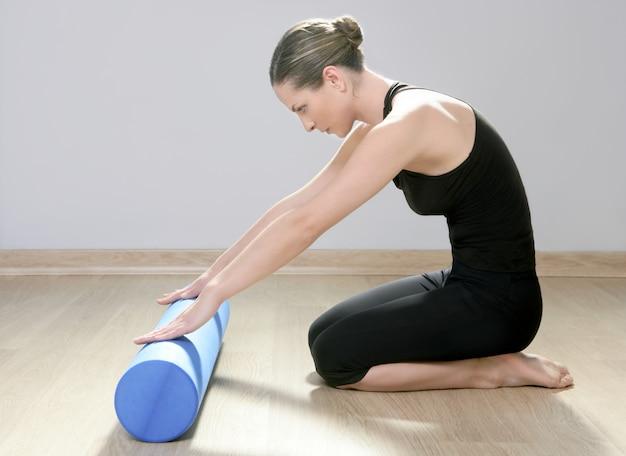 Blaues schaumstoffrolle pilates frauensportgymnastik-eignungsyoga Premium Fotos