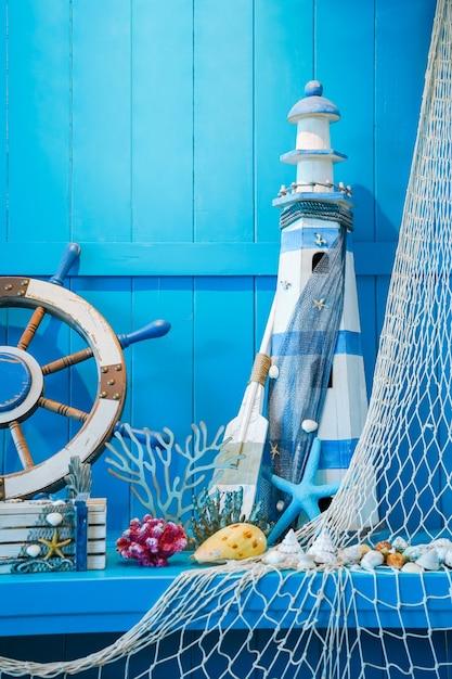 Blaues sommerkonzept, das die helmdekoration des schiffs mit meerestieren einschließt Premium Fotos