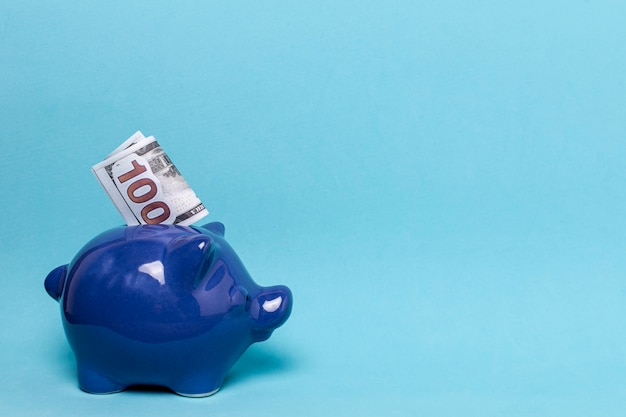 Blaues sparschwein mit kopienraum-blauhintergrund Premium Fotos