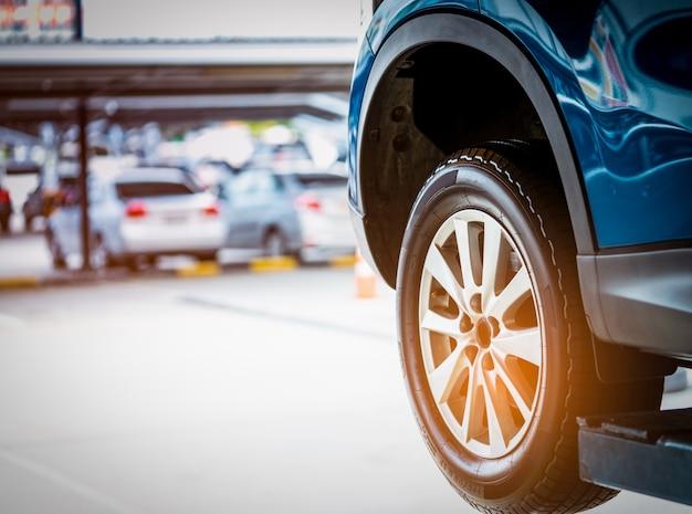 Blaues suv-auto mit dem hochleistungsreifen parkte an der werkstattgarage Premium Fotos