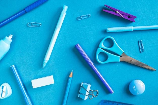 Blaues und purpurrotes briefpapierchaos Kostenlose Fotos
