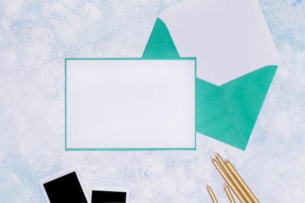 Blaues und weißes geburtstagseinladungsmodell Kostenlose Fotos