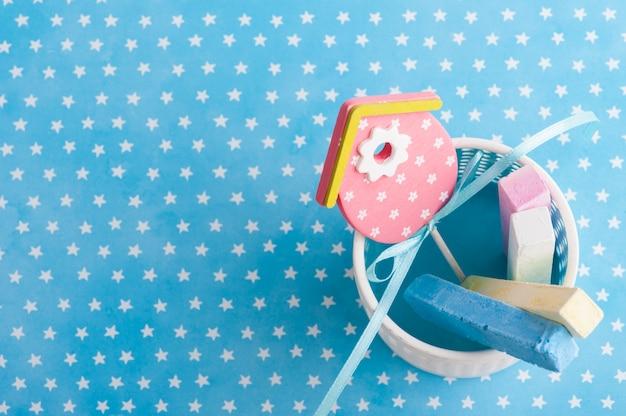Blaues weiß spielt hintergrund mit kreide die hauptrolle Premium Fotos