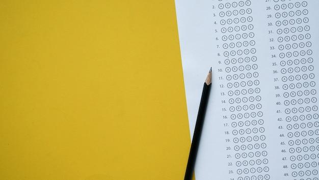 Bleistift über prüfungsantwortbogen papier mit mehrfachauswahl Premium Fotos