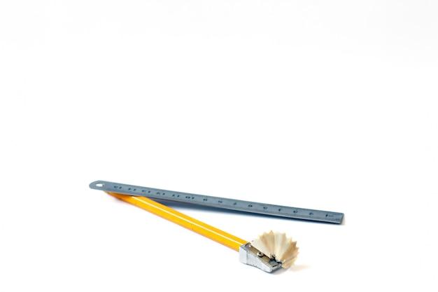 Bleistift und lineal mit einem stift. zeichnen. farbe. nahansicht Premium Fotos