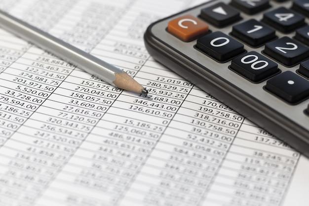 Bleistift und taschenrechner auf schreibtischtabelle mit finanzkonto dokumentieren bericht. Premium Fotos
