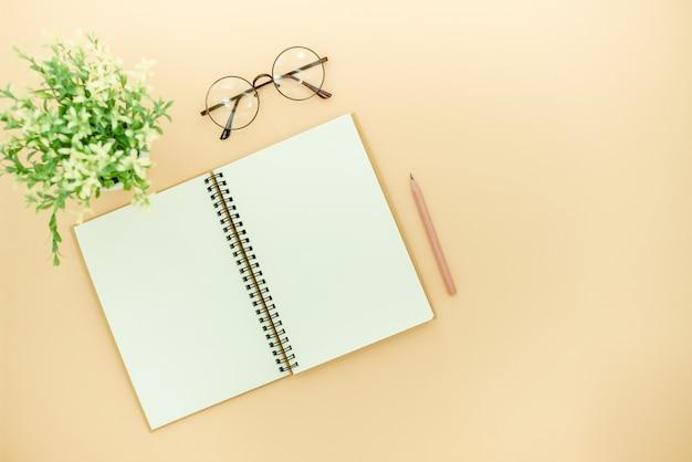 Bleistifte, gläser und notizblock Premium Fotos