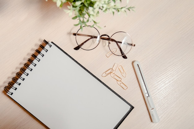 Bleistifte, hefter und notizblock im rosa und blauen ton auf rosa hintergrund mit kopienraum. Premium Fotos
