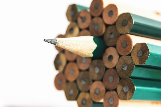 Bleistifte sind ein instrument zum schreiben oder zeichnen, das aus einem dünnen stift aus graphit oder einer ähnlichen substanz besteht, der in einem langen dünnen stück holz eingeschlossen oder in einem metall- oder kunststoffgehäuse befestigt ist. Premium Fotos