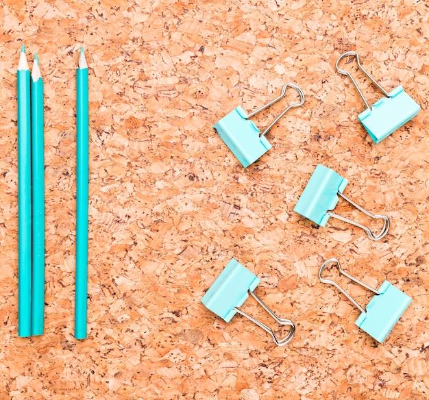 Bleistifte und mappenclips auf holztisch Kostenlose Fotos
