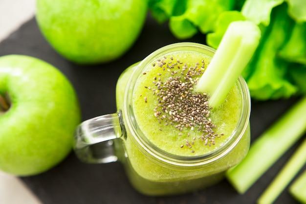 Blended smoothie mit zutaten. superfood, entgiftung und gesundes konzept. selektiver fokus Premium Fotos