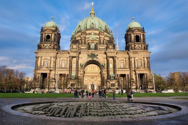 Blick auf berlin dome auf der museumsinsel Premium Fotos