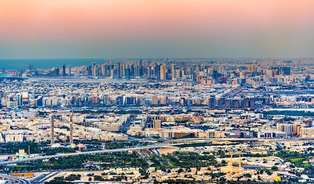 Blick auf bur dubai, den creek, deira und sharjah - die emirate Premium Fotos
