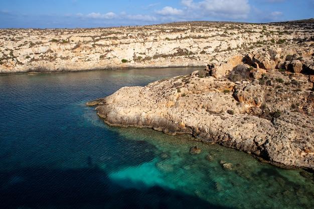 Blick auf cala galera in der sommersaison. lampedusa Premium Fotos