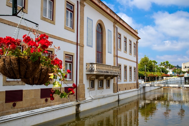 Blick auf chanal und gebäude miranda do corvo, portugal Premium Fotos
