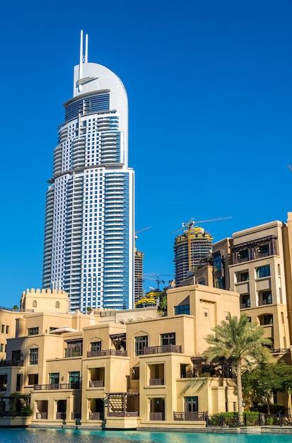 Blick auf das address downtown hotel in dubai am 28. dezember 2015. der turm brannte in der neujahrsnacht nieder Premium Fotos