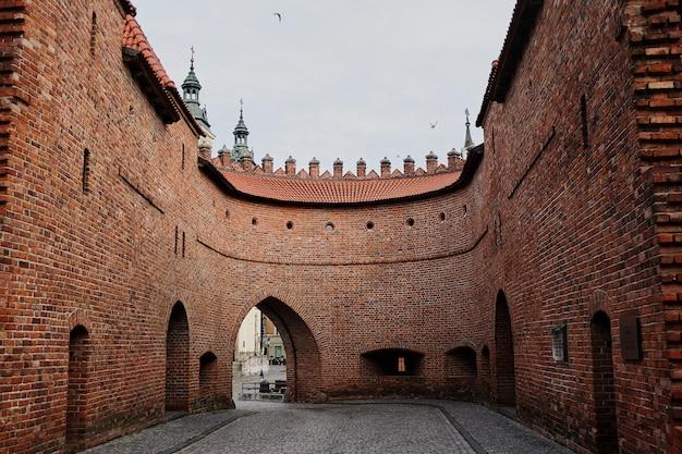 Blick auf das barbikan-tor in der polnischen stadt warschau Premium Fotos