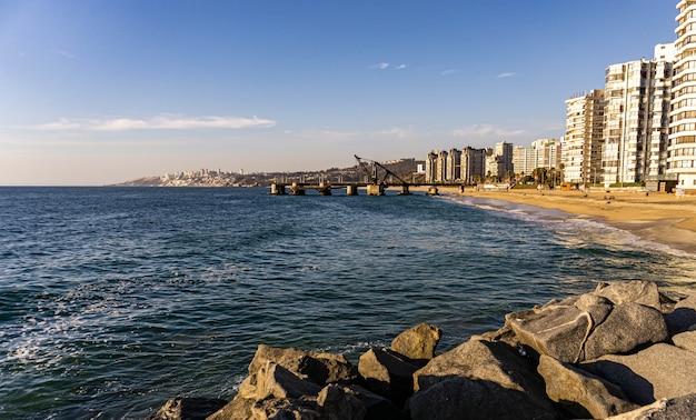 Blick auf das dock von vina del mar vergara mit gebäuden an der seite Premium Fotos
