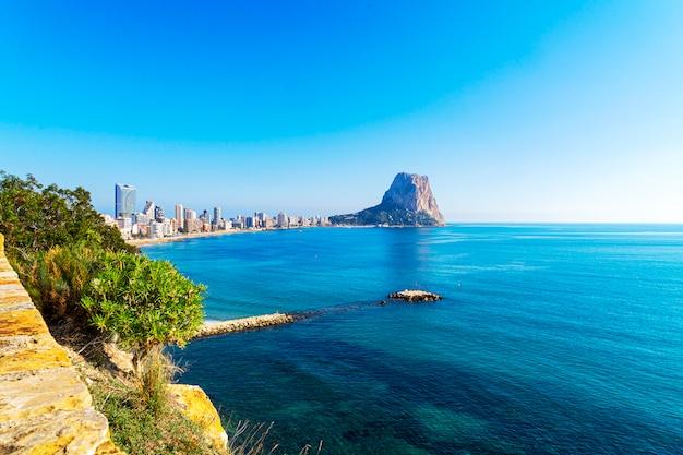 Blick auf das mittelmeer, den berühmten felsen penon de ifach in calp, provinz valencia, costa blanca, spanien Premium Fotos