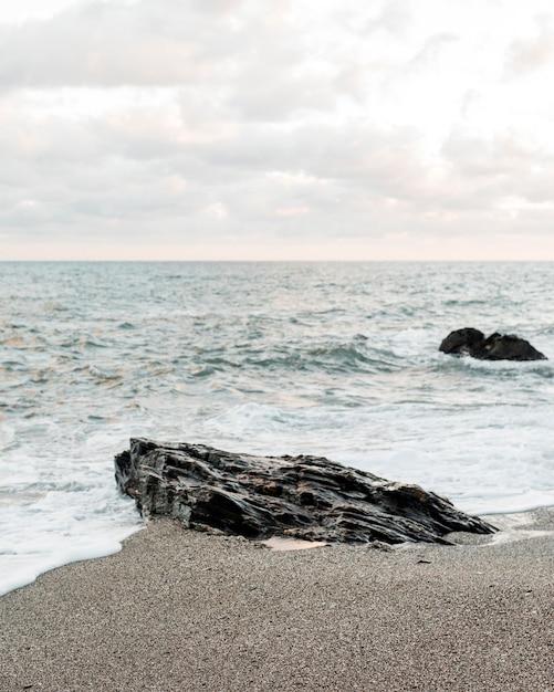 Blick auf das ozeanufer mit felsen Kostenlose Fotos