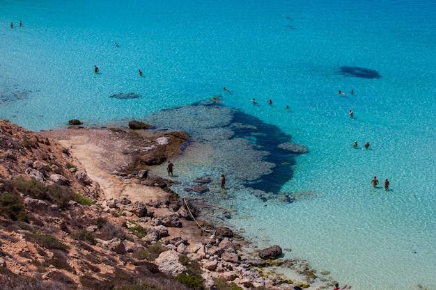 Blick auf den berühmtesten seeort von lampedusa, spiaggia dei conigli Premium Fotos