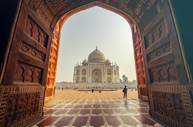 Blick auf den eingang eines indischen tempels Kostenlose Fotos