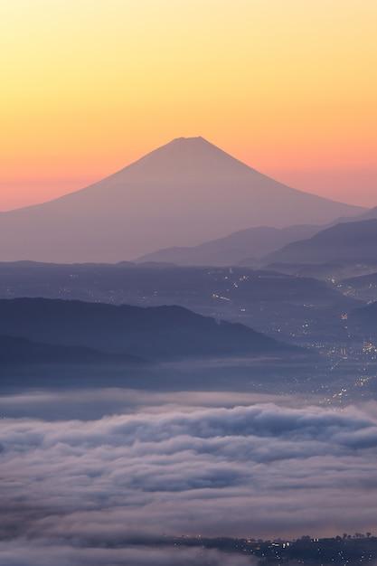 Blick auf den fujisan und das nebelmeer über dem suwa see am morgen vom takabochi highland Premium Fotos