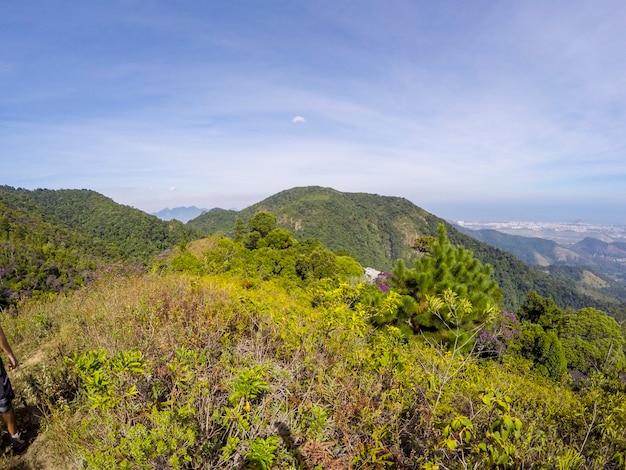 Blick auf den weg zwischen den stadtteilen jacarepaguá und campo grande in rio de janeiro Premium Fotos