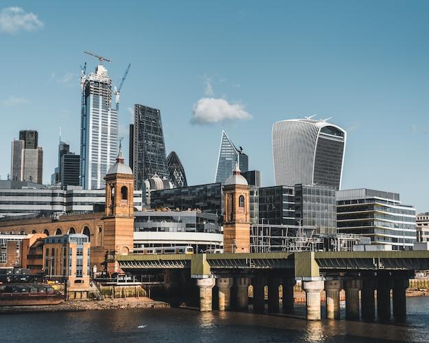 Blick auf die city of london an einem sonnigen klaren tag Kostenlose Fotos