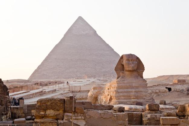 Blick auf die grest sphinx und die große pyramide von gizeh in ägypten. Premium Fotos