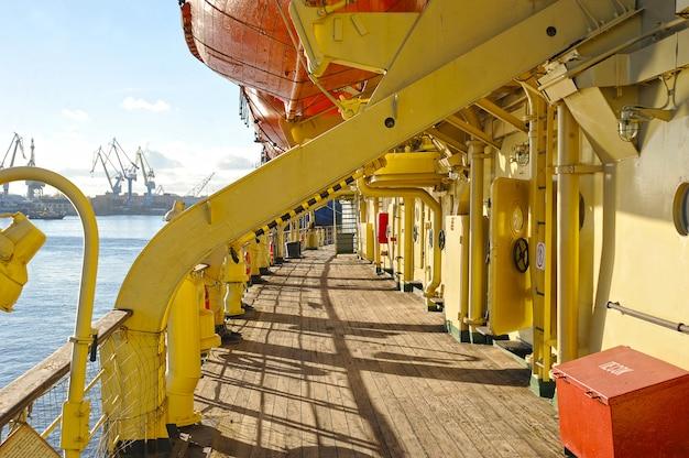 Blick auf die rettungsboote des krasin-eisbrechers Premium Fotos