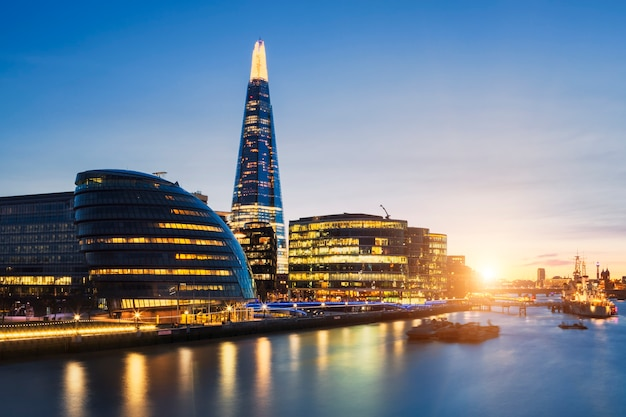 Blick auf die skyline von london von der tower bridge. Kostenlose Fotos