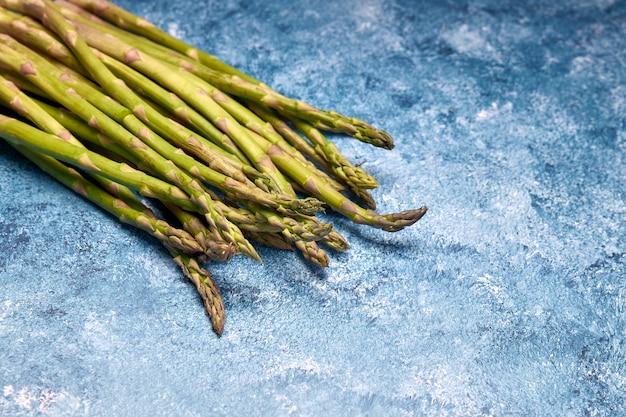Blick auf frisches grünes gemüse Premium Fotos
