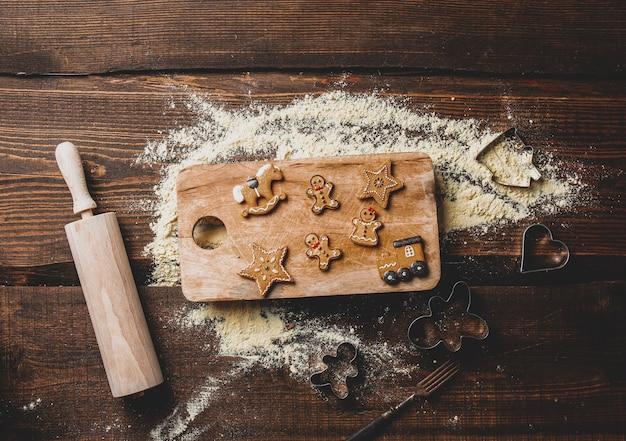 Blick auf kekse und mehl auf einem tablett auf dem tisch Premium Fotos