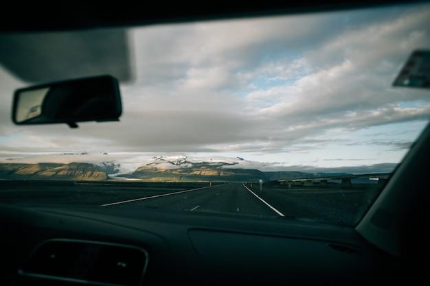 Blick auf leere isländische straße von innen auto Kostenlose Fotos