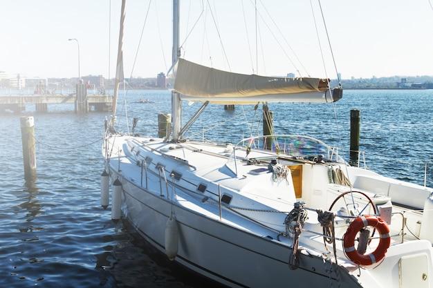 Blick auf schöne weiße yacht. tageslicht. horizontal. meer hintergrund. Kostenlose Fotos