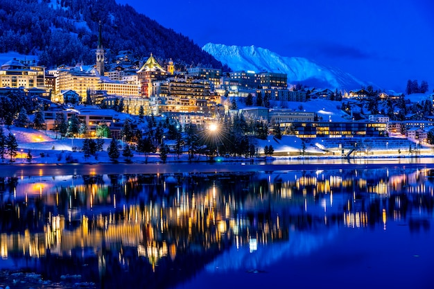 Blick auf st. moritz in der schweiz bei nacht im winter Premium Fotos