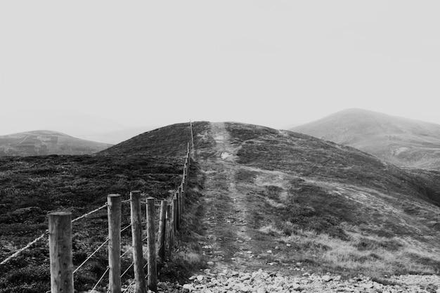 Blick auf verlassene berge in schwarz und weiß Kostenlose Fotos