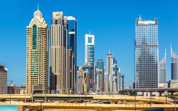Blick auf wolkenkratzer in der innenstadt von dubai - den vereinigten arabischen emiraten Premium Fotos