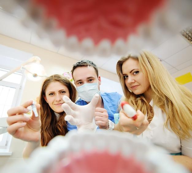 Blick aus dem mund eines zahnarztes. studenten zahnärzte üben in der zahnheilkunde Premium Fotos