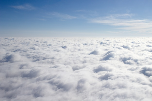 Blick aus einem flugzeug auf eine geschlossene wolkendecke, ein drittel des himmels Kostenlose Fotos