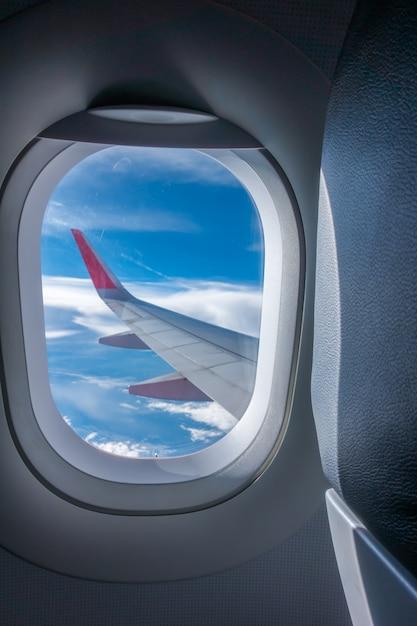 Blick durch das flugzeugfenster. (gefiltertes bild verarbeitet vintage ef Kostenlose Fotos