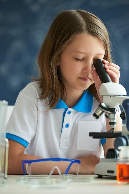 Blick durchs mikroskop Kostenlose Fotos