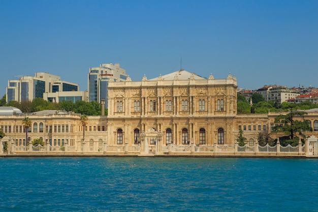 Blick vom bosporus auf den dolmabahçe-palast in istanbul, Premium Fotos