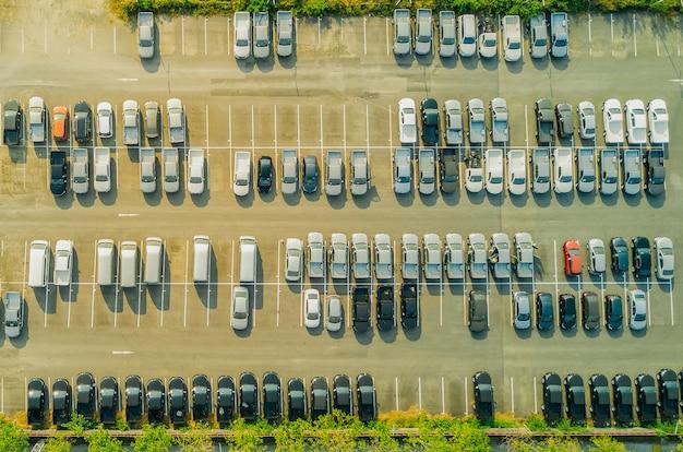 Blick vom brummen über leere parkplätze, luftbild Premium Fotos