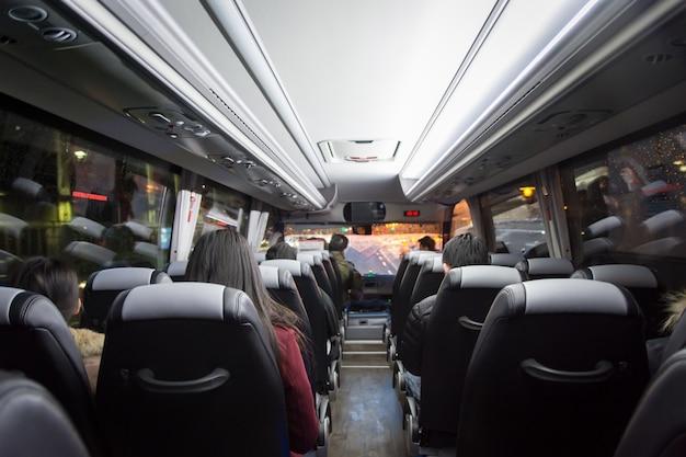 Blick vom rücksitz in einem bus Premium Fotos